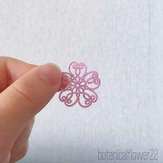 桜の時期ですね * ピンクの絹糸で桜のモチーフ作りました * Pinterestで見つけたやつです! * 何人が作られているのを見たのでどこかに掲載されているのでしょうか?? * 同じパターンにビーズをたくさん入れたものも見つけたのですが、未だにリングの中心にビーズを入れるやり方がわかりません * 春休みはタティングのテクニックの研究をしたいなぁ…あとは刺繍も * それにしてもPinterestはネタの宝庫です * #絹糸 #絹 #tatting #tattinglace #tattedlace #lace #lacework #kaumo #shuttletatting #chiacchierino #knitting #태팅레이스 #도일리 #タティング #タティングレース #レース編み #レース #編み物 #handmade #手芸 #ハンドメイド #flower #kawaii #アンティーク #花 #antique #モチーフ #motif