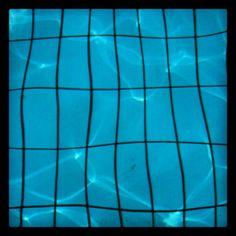 @Imzadi139  1m  Opdracht dag 6 van #synchroonkijken: #strepen. Deze zijn mooi en steeds anders door de golven in het zwembadwater. http://