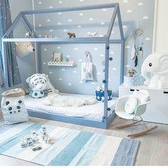 Me ha encantado esta habitación de @madelen88  en azul un poco más subido, tanto que la camita es prácticamente azul azafata. Los vinilos de nube le dan un toque diferente sin cansar, la silla balancín el toque nórdico así como la bolsa de papel contenedora y alguno de los adornos. Creo que ha conseguido una armonía con los básicos de el estilo escandinavo. #inspiracion #inspo #decoracion #decoracioninfantil #habitacionesinfantiles #nursery #nurserydecor #habitacionbebe #bebe #interiorism...
