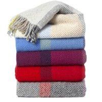 Klippan plaid wol BirkaPlaid met ingeweven motief en franje.Verkrijgbaar in de kleuren: naturel, blauw, lila, rood en grijsMateriaal: 100% lamswolAfmeting: 130x200cm