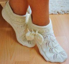 """Socks pattern """"leaves"""" has a graft no english Knitted Slippers, Slipper Socks, Crochet Slippers, Knit Or Crochet, Mitten Gloves, Mittens, Knitting Socks, Hand Knitting, Knit Socks"""