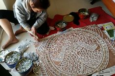 Gita Dhupar is a Lippan Artist based in Pune. She regularly conducts workshops, exhibits her artwork and also undertakes projects for custom artwork. Clay Wall Art, Mirror Wall Art, Mural Wall Art, Wall Paintings, Paper Crafts Magazine, Calligraphy For Beginners, Art Worksheets, Paper Crafts Origami, Plate Art