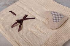 Deka s mašličkou 80x80cm, béžová - Deka: Rozměr 80 x 80cm +- 5% Materiál: 50% bavlna, 50% akryl,  Doplňující informace - deka: Dětská pletená deka s mašličkou Mašlička je z bezpečnostních důvodů přišitá. Nyní je nabízena v barvě:…   vavavu