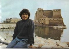 Diego Armando Maradona a Napoli a Castel dell'Ovo Diego Armando, Old Games, Fifa World Cup, Soccer Players, Naples, Athlete, Old Things, Men Sweater, Football