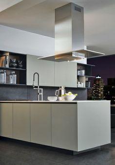 """La cucina Alea di Varenna. Una composizione in """"stile maison"""" che celebra il piacere di stare insieme in cucina."""