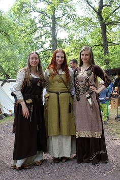 "Viking Women ""Behind every great man is a great woman"", as the saying goes, and the Viking age as a whole could not have probably thrived without the assistance of the women. Let's take a look at what the life of Viking women was like years and years ago! Costume Viking, Viking Garb, Viking Reenactment, Viking Dress, Medieval Costume, Medieval Dress, Historical Costume, Historical Clothing, Historical Photos"