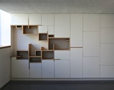 Storage wall cabinets with no handles. Spaces between cabinets are ignored in fabor of the wood design to the left. That are could be kitchen space. Built In Furniture, Furniture Design, Home Interior Design, Interior Architecture, Shelving Design, Wardrobe Design, Cabinet Design, Office Interiors, Wood Design