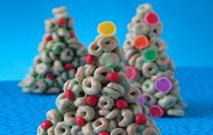 Cheerios Christmas Trees The Cheerios Cookbook shares a recipe! Gather a group of crafty kids to create edible holiday table decorations. Christmas Tree Food, Christmas Snacks, Noel Christmas, Christmas Goodies, Holiday Treats, Christmas Baking, All Things Christmas, Winter Christmas, Holiday Fun