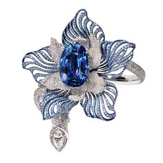 """Manalys, bracelet """"Orchidée"""" en or blanc 18kt et titane, saphir Birman non chauffé de 40,68 carats, diamants 26,59 carats dont un diamant taille poire de 2,19 carats."""