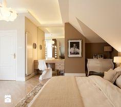 SYPIALNIA W STYLU GLAMOUR - Duża sypialnia małżeńska na poddaszu, styl glamour - zdjęcie od martaperska.pl odcienie kawy z mlekiem przy białych drzwiach