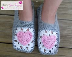 Zapatillas en crochet con pieza tipo Granny con corazón en medio.