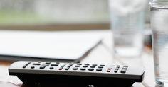 Como limpar mesas de mogno com manchas de copos. Colocar copos com bebidas em sua mesa de mogno pode parecer inofensivo, mas a condensação ou calor de uma bebida quente faz a umidade ser absorvida pela madeira. Caso você tenha tentado remover manchas brancas e claras de sua mesa com limpador de madeira, já sabe que não é uma tarefa fácil. Isso se deve ao fato dessas manchas terem sido absorvidas ...