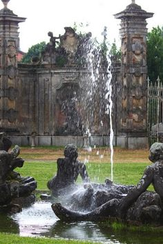 Una delle fontane presenti nel giardino del castello di Belgioioso (PV). Pond Waterfall, Formal Gardens, Wood And Metal, Water Features, Fountain, Castle, Italy, Detail, World