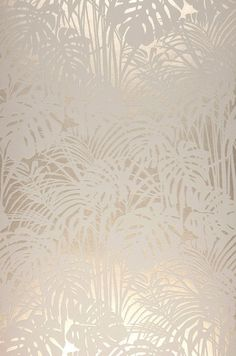 Tapete Persephone Fluffy palm branches made of flock fibers in gray and white form a tangible relief that stands out plastically from the shimmering background in pearl beige color. Luxury that pamper Flock Wallpaper, Metallic Wallpaper, Wall Wallpaper, Pattern Wallpaper, Wallpaper Backgrounds, Iphone Wallpaper, Tapete Beige, Tapete Gold, Persephone