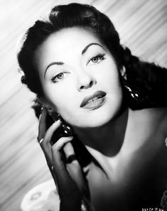 Earlier I watched Hotel Sahara and thought it was a good comedy, but what really drew me to its purchase was Yvonne De Carlo who has a resemlance to a Old Hollywood Movies, Hollywood Actor, Hollywood Glamour, Hollywood Stars, Classic Hollywood, Hollywood Actresses, Lily Munster, Yvonne De Carlo, Dark Beauty