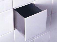 Un pequeño cajón en la pared simulando un toma corriente.