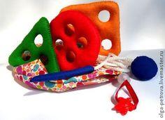 `Классика`. Шнуровка для самых маленьких выполнена в форме геометрических фигур. Главное достоинство игрушки - безопасность. Наконечник на шнурке выполнен из жесткого фетра и плотно набит синтепоном, на конце шнурка ограничитель с вшитыми бубенчиками.