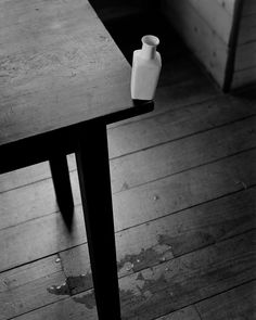 Abelardo Morell - Small Vase at the Edge of a Table, 2002 Types Of Photography, Still Life Photography, Motion Photography, Conceptual Photography, Photography Ideas, Museum Art Gallery, Abstract Drawings, Kintsugi, Shades Of Black
