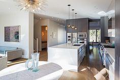 A luminosidade e os móveis chamam a atenção nesta cozinha. claro, o espaço também ajuda, quem não sonha com uma cozinha espaçosa como esta? Toronto House by Jordyn Developments