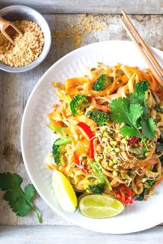 Learn how to make Pad Thai Noodles which is a popular dish in the Thai cuisine.Who would have thought that making Pad Thai would be so Easy? Delicious Vegan Recipes, Vegetarian Recipes, Healthy Recipes, Free Recipes, Keto Recipes, Healthy Foods, Easy Recipes, Whole Food Recipes, Cooking Recipes