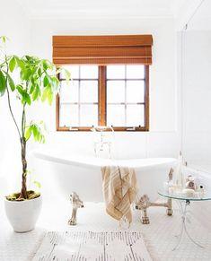 At home with Lauren Conrad / En casa de Lauren Conrad / Casa Haus Small Space Bathroom, Spa Like Bathroom, Simple Bathroom, White Bathroom, Bathroom Ideas, Master Bathroom, Lauren Conrad, Tiny Spaces, Clawfoot Bathtub