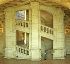 Ingenious! double helix staircase @ Chateau Chambord.. Thanks to a double-spiral design, it is possible to go all the way upstairs without passing anyone on their way down...they take the other staircase in the column!