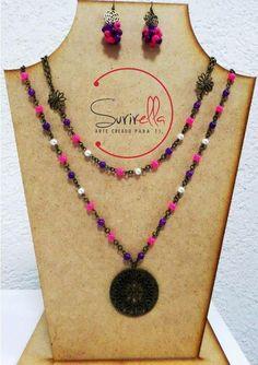 Collar doble con piedra candy rosa y morado y perlas, dije grande redondo; incluye aretes.