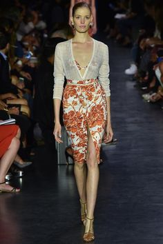 Altuzarra Spring 2015 Ready-to-Wear - Classic Spring Altuzarra form fitting skirts styled with tucked blouses. Loved the easy dresses in the collection that looked like great beach vacation dinner and poolside attire.