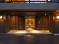 和の建築、格子戸の重なりが美しいエントランス