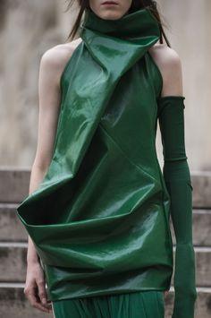 Rick Owens at Paris Fashion Week Spring 2018 - Details Runway Photos Future Fashion, Big Fashion, Green Fashion, Fashion Shoot, Fashion News, Fashion Brands, Womens Fashion, Fashion Design, Paris Fashion