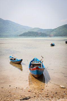 Im vorletzten Teil meines Vietnam Reiseberichts nehme ich euch mit nach Zentralvietnam. Nachdem wir die Halong Bay wieder Richtung Hanoi verlassen hatten, flogen wir mit Vietnam Airlines nach Hue i…