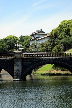 Kōkyo (皇居), or the Tokyo Imperial Palace, is the main residence of the Emperor of Japan. Oh The Places You'll Go, Great Places, Places To Travel, Tokyo Imperial Palace, Sea Of Japan, Japanese Castle, Travel Channel, Grand Tour, Travel Memories