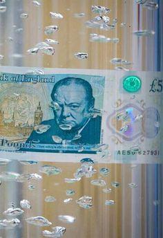El primer billete de polímero de Inglaterra entra en circulación  Una bebida derramada debe tener un pequeño efecto sobre los nuevos billetes, que se puede limpiar e incluso sobrevivir a un ciclo de lavado estándar con daños mínimos. Los cajeros automáticos en todo el Reino Unido comenzarán a dispensar del Banco de Inglaterra el primer billete de plástico de 5 libras esterlinas y que está diseñado para ser más seguro y más fuerte.