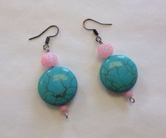 Turquoise with sparkle pink earrings by StarBoundWestern on Etsy Gorgeous chunky western style Turquoise flattened circles with cute sparkle pink bead earrings. Great with any outfit for any occasion! Cowgirl Jewelry, Gypsy Jewelry, Western Jewelry, Unique Jewelry, Pink Earrings, Turquoise Earrings, Bead Earrings, Pink Bling, Western Style