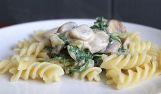 Pasta met kip, champignons en rucola