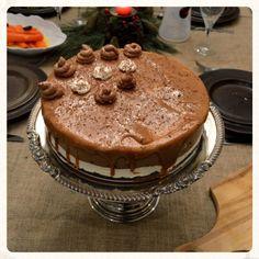 ΤΟΥΡΤΑ ΠΑΓΩΤΟ ΒΑΝΙΛΙΑ – ΣΟΚΟΛΑΤΑ ΜΕ ΕΠΙΚΑΛΥΨΗ ΑΛΜΥΡΗΣ ΚΑΡΑΜΕΛΑΣ Tiramisu, Food And Drink, Dinner, Cake, Ethnic Recipes, Christmas, Pie Cake, Yule, Pie