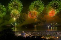 Am Strand in Copacabana gibt es zu Neujahr Feuerwerke. Rio de Janeiro, Brasilien. Foto: Felix Richter Medium Art, Strand, Aquarium, Rio De Janeiro, Pictures, Fireworks, Brazil, Social Media