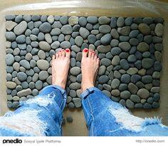 Duş paspası yerine derin olmayan bir tepsiye yerleştireceğiniz gerçek taşlar size duş sonrasında spa etkisi yaratabilir.