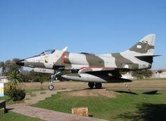 Dois casos envolvendo pilotos e UFOs na Argentina em 1974 Com um dia de diferença, caças da Força Aérea Argentina caíram em presença de objetos não identificados; um dos pilotos nunca foi encontrado  Douglas A-4B exposto em Córdoba, semelhante aos envolvidos em dois estranhos eventos em 1974   Leia mais: http://ufo.com.br/noticias/dois-casos-envolvendo-pilotos-e-ufos-na-argentina-em-1974  CRÉDITO: ARQUIVO  #Ufo #pilotos #Argentina #cordoba #avistamento