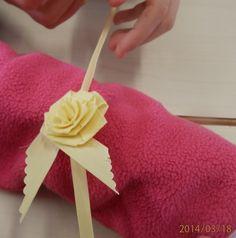 Fer una flor de decoració amb un folíol de palma.