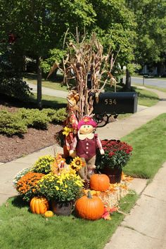 Cool idea for fall - Modern Fall Mailbox Decor, Fall Yard Decor, Diy Mailbox, Brick Mailbox, Mailbox Ideas, Harvest Decorations, Thanksgiving Decorations, Box Decorations, Decor Ideas