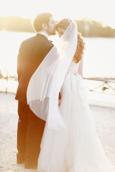 a sun-drenched kiss  Photography by http://simplybloomphotography.com