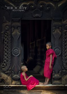 Bagan in Myanmar . - Young monk in the temple ! Buddhism Wallpaper, Buddha Wallpaper Iphone, Vintage Kids Photography, Couple Photography, Buddhist Architecture, Martial, Tibet, Little Buddha, Tribal People