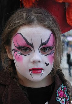 "who want to make their cute kids ready for a Halloween party must watch out full article. So checkout Cute Halloween Kids Makeup Ideas To Try This Year"" Girl Vampire Makeup, Vampire Face Paint, Witch Face Paint, Zombie Face Paint, Disfarces Halloween, Halloween Makeup For Kids, Maquillaje Halloween Infantil, Toddler Vampire Costume, Halloween Disfraces"