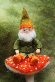 Seizoentafel herfst kabouter op paddestoel Waldorf nature table autumn Wool Dolls, Autumn Fairy, Scandinavian Gnomes, Felt Fairy, Christmas Cards, Christmas Ornaments, Waldorf Dolls, Felt Toys, Stone Art