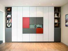 Cases de rangement dans meuble coloré