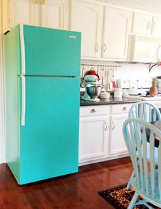 I LOVE this refrigerator -- even the aqua, which would be great with my red counters, very vintage-y feeling. DIY Painted Refrigerator (or, How to make your fridge look darling and retro) Paint Refrigerator, Painted Fridge, Painted Furniture, Diy Furniture, Furniture Online, Fridge Makeover, Do It Yourself Design, Diy Casa, Kitchen Colors