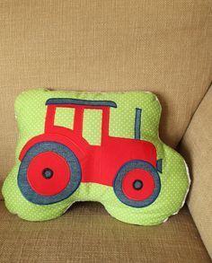 Nachdem die Rakete bei dem kleinen Astronauten-Freund gut angekommen ist, wollte ich für einen kleinen Traktorfan zum Geburtstag ein Traktor-Kissen nähen.