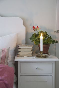 Livs Lyst: min hverdag White Cottage, Cozy Cottage, Bethany Rose, Bed And Beyond, Small Sheds, Candels, Country Charm, Bedroom Bed, Beautiful Bedrooms