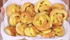 Brioches Girelle danesi alla crema, delle brioches dolci ripiene di crema pasticciera e uvetta. Ricetta facile per un dolce classico...